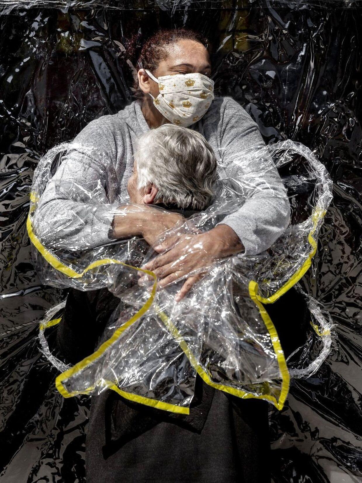 Billedet af Rosa Luzia Lunardi, på 85 år, der krammer sygeplejersken Adriana Silva da Costa Souza har vundet hæderen som årets bedste presse foto. Foto: Mads Nissen/Politiken/Ritzau Scanpix.
