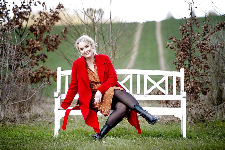 Julia Sofia Aastrup bor i sin egen lejlighed i en længe af familiens gård og rideskole, hvor også andre familiemedlemmer bor.