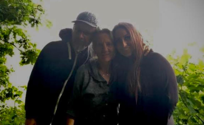 Monica (th.) sammen med Kem og deres mor.