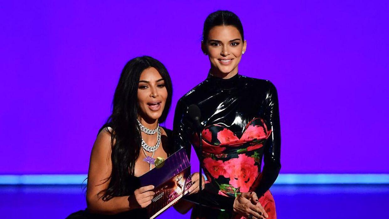 Kim Kardashian (tv) ses her ved siden af Kendall Jenner (th).