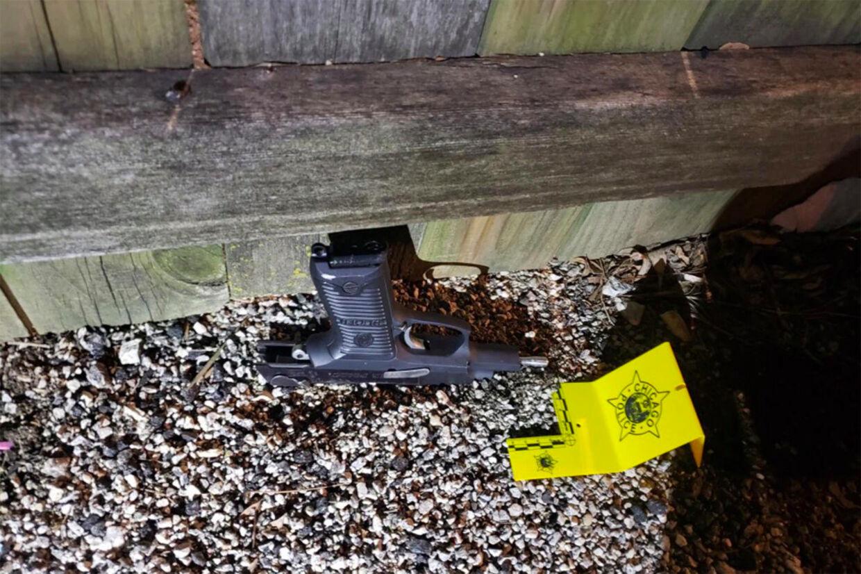 Den pistol, der blev fundet af politiet, som Adam Toledo angiveligt har smidt fra sig.
