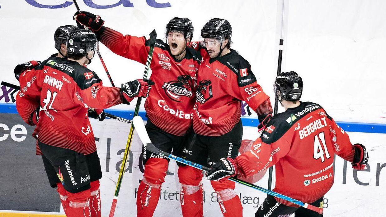 Aalborg Pirates' Julian Jakobsen (i midten), en af Metal Ligaens største profiler, har scoret i semifinalen mod Esbjerg Energy. Den nordjyske playmaker kan også få en nøglespiller i finalen mod Rungsted Seier Capital.