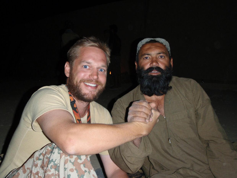 Marcus Knuth og Abdul Khaliq, den stammeældre, han arbejdede tæt med som soldat i 2008/09 i Helmand-provinsen – og som blev dræbt af Taleban. Privatfoto