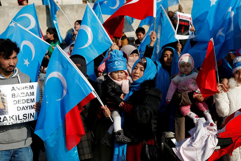 Uighurere deltager i en protest mod Kina (foto) i Istanbul forrige år. Det muslimske mindretal er forfulgt af de kinesiske myndigheder, som ifølge rapporter begår overgreb mod dem.
