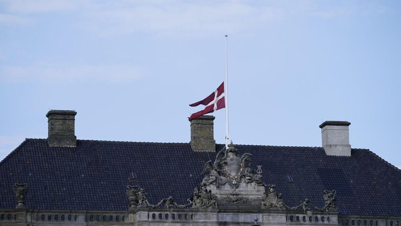 Der flages på halv stang på Amalienborg Slot i København, lørdag den 17. april 2021. Dronning Margrethe har besluttet at der flages på halv stang på Amalienborg Slot i anledning af prins Philip, Hertugen af Edinburghs begravelse. Prinsens begravelse finder sted fra St George's Chapel ved Windsor Castle. Prins Philip, der blev født som Prins af Grækenland og Danmark, døde den 9. april. Prins Philip blev 99 år.