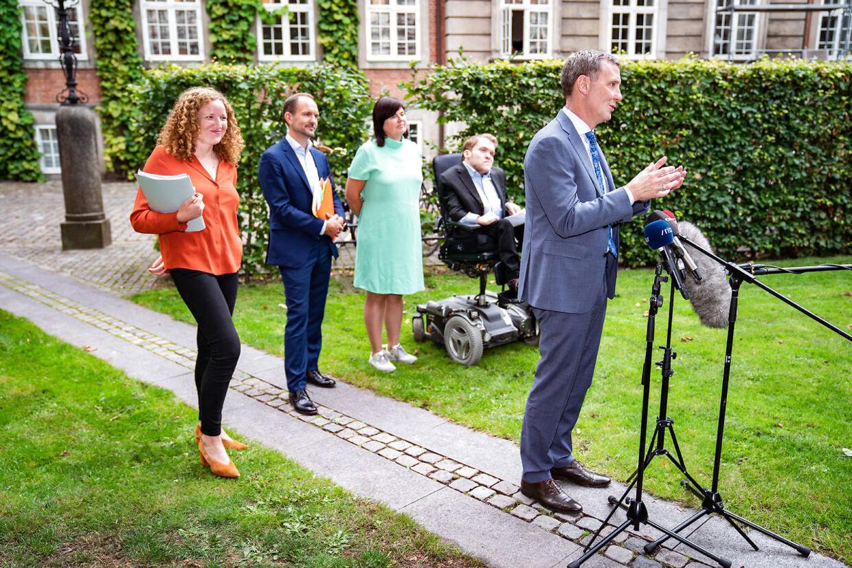 Sådan så det ud, da justitsminister Nick Hækkerup (S), Jeppe Bruus (S) Rosa Lund (EL), Karina Lorentzen (SF) og Kristian Hegaard (RV) præsenterede ny aftale om samtykkelov i Justitsministeriets gård tirsdag den 1. september 2020.