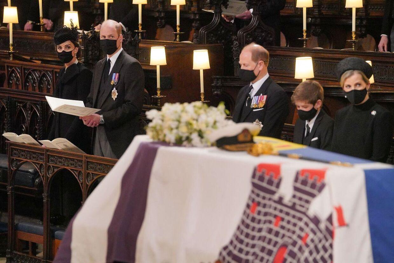 Prins William og prins Harry sad påfaldende langt fra hinanden i kirken, bemærker B.T.s internationale korrespondent, Jakob Illeborg.