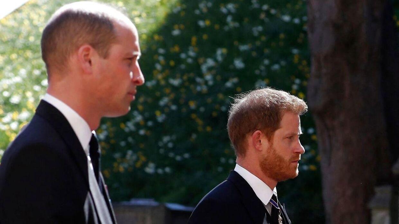Her ses de to brødre prins William og Harry.