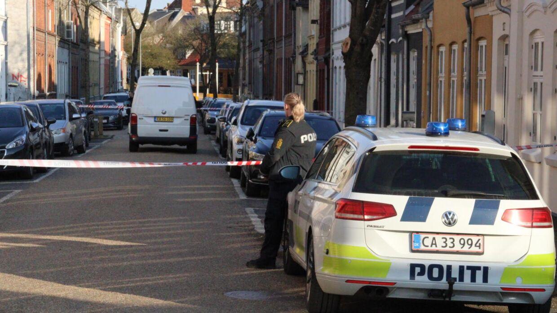 Fyns Politi er lørdag aften massivt til stede på en adresse i Odense. Foto: Presse-fotos.dk