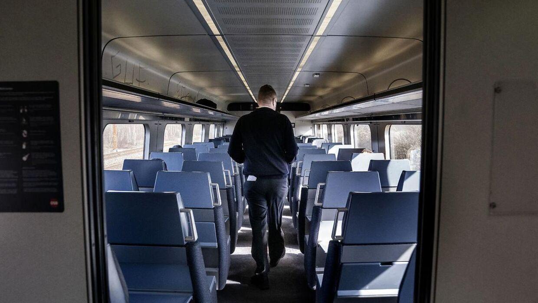 Tre teenagedrenge blev krænket seksuelt i en togvogn lørdag. Gerningsmanden var en 67-årig mand. Personen på billedet har ikke noget med billedet at gøre. Foto: Arkiv Scanpix
