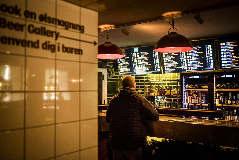 Baren SKAAL på Kultorvet i København, der lige nu er den eneste af 35 barer i hovedstaden, som ejeren, Rekom Group, har planer om at åbne fra onsdag. I hvert fald lige nu.
