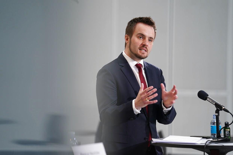 »I lande omkring ser vi nu, at der bliver lukket ned igen, fordi smitten er steget kraftigt. Der skal vi ikke ende her i Danmark, og derfor er vi nødt til fortsat at have restriktioner og retningslinjer,« siger erhvervsminister Simon Kollerup (S).