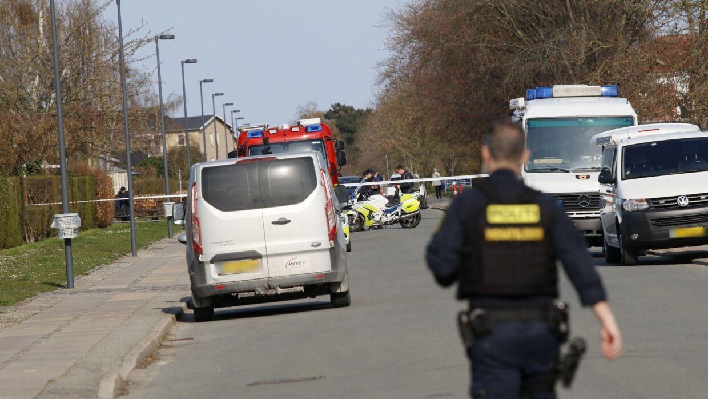 Politiet er søndag eftermiddag massivt til stede i et boligområde på Amager. Foto: Presse-fotos.dk