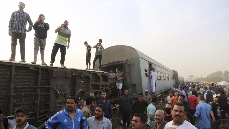 Folk er forsamlet ved det sted i den egyptiske provins Qalyubia, hvor et tog søndag forulykkede. Flere vogne kørte af sporet, meddeler guvernøren i regionen. Mindst 97 mennesker er kommet til skade.