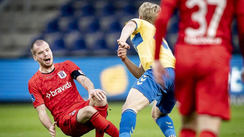 Der blev gået til stålet. Og Brøndbys Tobias Børkeeiet så rødt undervejs med to gule kort på få sekunder i slutningen af opgøret.