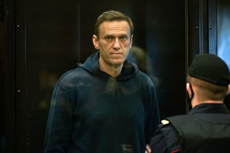 Den russiske oppositionsleder Aleksej Navalnyj i retten i Moskva i februar. Fire læger advarer om, at han risikerer at dø i fængslet, og kræver omgående adgang til ham. Handout/Ritzau Scanpix