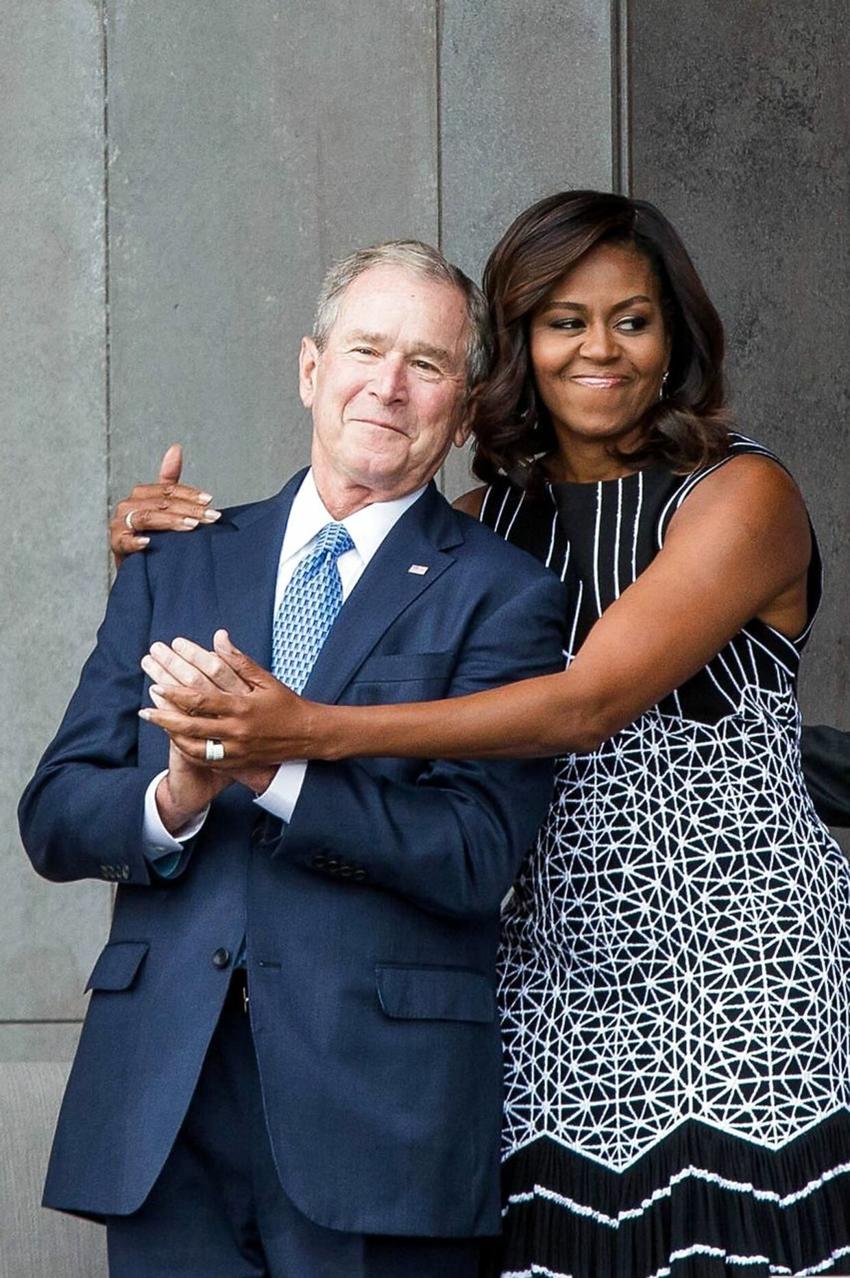 George W. Bush og Michelle Obama krammer på Smithsonian National Museum of African American History and Culture.
