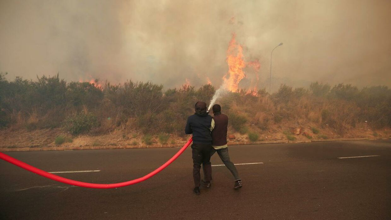 Her kan man se, hvordan de lokale og brandmænd kæmper mod branden.