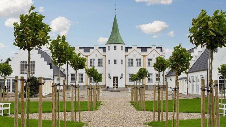 Sophienlyst Slot på Fyn har 17 værelser og en lejlighed samt to indendørs pools.