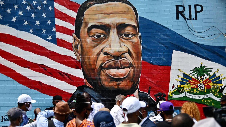 En gruppe mennesker samlet foran et vægmaleri af George Floyd. De kommende timer og dage afgøres retssagen mod den formodede drabsmand.