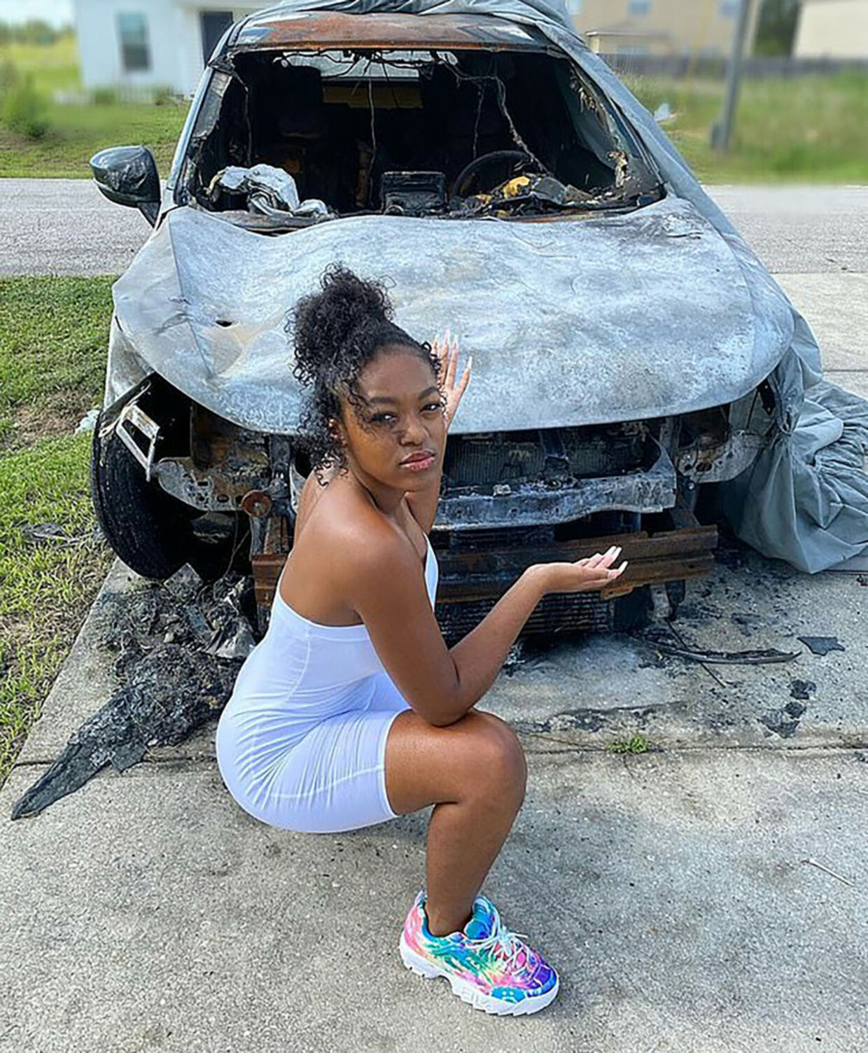 Azriel Clary foran den udbrændte bil.