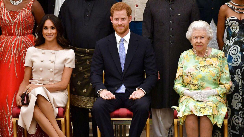 Arkivfoto af dronning Elizabeth med prins Harry og hertuginden Meghan.