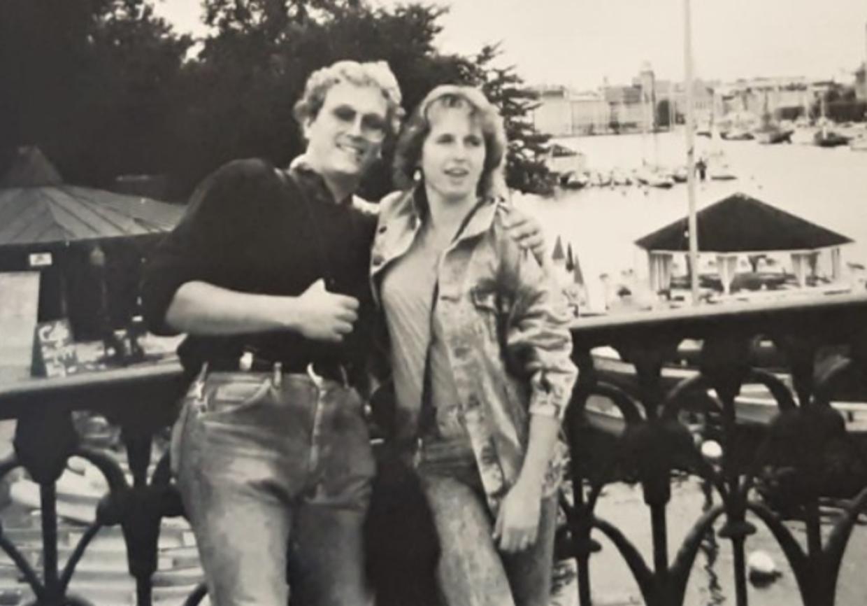Det unge kærestepar Klaus Schelkle, 20, og Bettina Taxis, 22, fra Vesttyskland fotograferet på deres interrailtur kort inden den skæbnesvangre sejltur fra Stockholm i Sverige til Turku i Finland. Midt om natten blev de overfaldet i deres soveposer. Han blev dræbt – hun overlevede på et hængende hår.