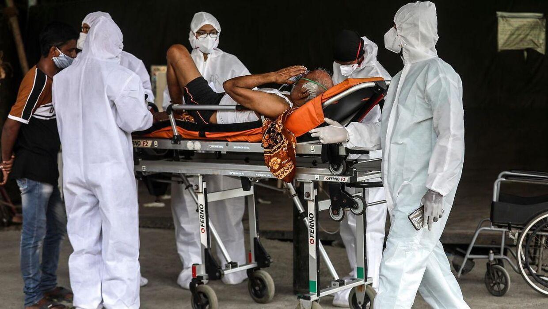 Hospitalsarbejdere udenfor et hospital i Mumbai i fuld gang med at behandle coronapatienter, der ikke er plads til på hospitalet.