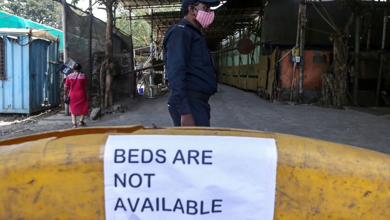 Et skilt med teksten 'Ingen tilgængelige senge' ved et coronabehandlingscenter i den indiske storby Mumbai.