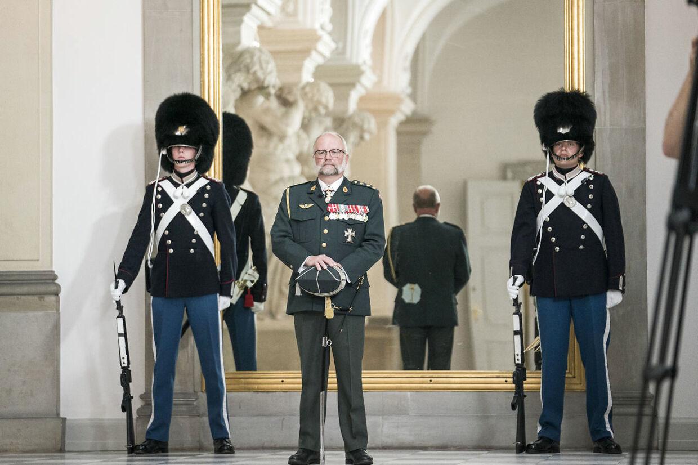 Adjudantstabschef Lasse Harkjær venter på dronningens ankomst til Drabantsalen på Christiansborg, tirsdag den 16. juni 2020. Han skal fremover være ceremonimester i kongehuset.