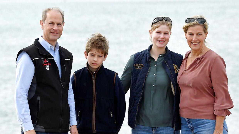 Lady Louise ses her sammen med sine forældre og bror i 2020, da de deltog i en oprydningsdag på stranden.