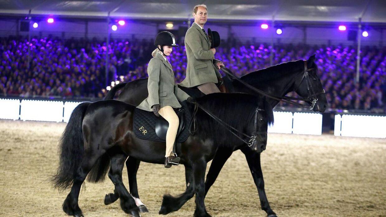 Lady Louise er også en ganske habil rytter. Her ses hun med sin far.