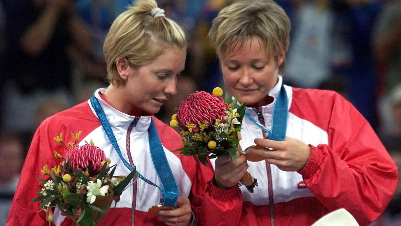 Anette Hoffmann (th.) og Mette Vestergaard (tv.) ved OL-guldceremoni i 2000.