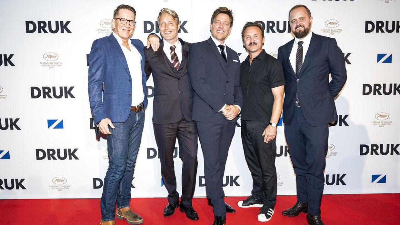 Holdet bag filmen med Lars Ranthe, Mads Mikkelsen, Susse Wold, Thomas Vinterberg, Thomas Bo Larsen og Magnus Millang ved gallapremieren.