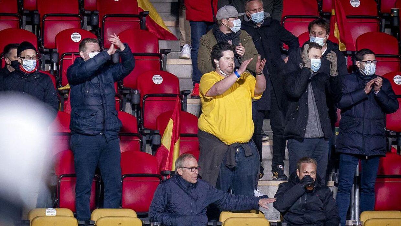 Tilskuere på Farum Park onsdag aften. Personerne på billedet er ikke nødvendigvis de Brøndby-fans, der havde sneget sig ind til kampen.