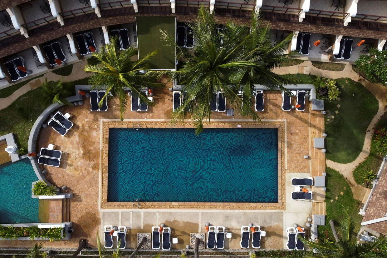 Hotellet i Karon, Phuket, har åbent. Solsengene er tomme.