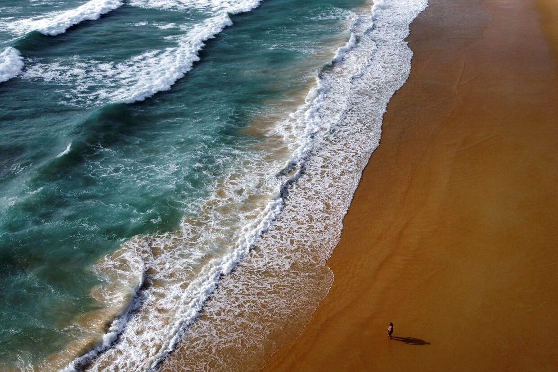 Én mand går på Karon beach på Phuket.
