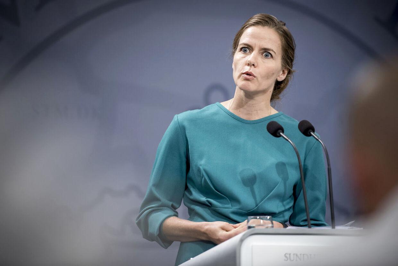 Venstres Ellen Trane Nørby er vred og overrasket over det viser sig, at Statens Serum Institut aldrig har regnet på en fuld genåbning af grundskolen.