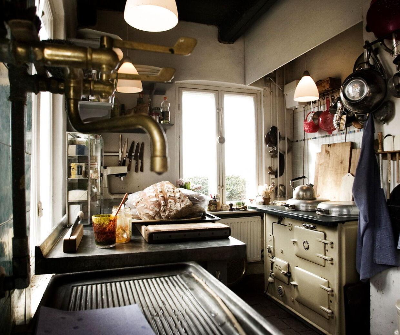 Camilla Plums køkken, der er en arbejdsplads, ikke et samtalekøkken. Foto Ditte Valente.