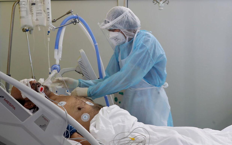 En sundhedsmedarbejder tilser en patient med Covid 19 i Tunesien Foto: EPA/MOHAMED MESSARA