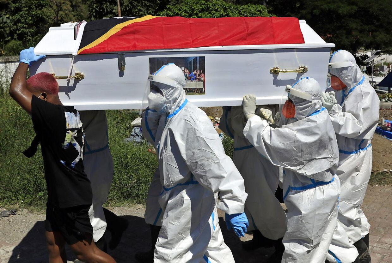 2,7 mio mennesker er døde med Corona verden over. Her bliver en båret til begravelse i i Dili i Østtimor. Foto: EPA/ANTONIO DASIPARU