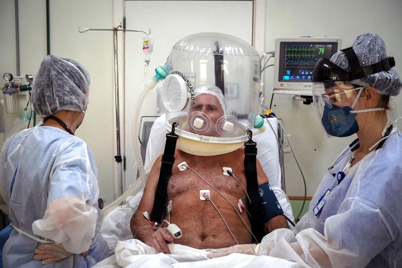 Covid-19 patient bliver behandlet imed en boblehjelm. Den skulle skabe mulighed for at hjælpe flere, da hospitalssystemet i Rio Grande de Sul i Brasilien er brudt sammen. Foto: EPA/Daniel Marenco