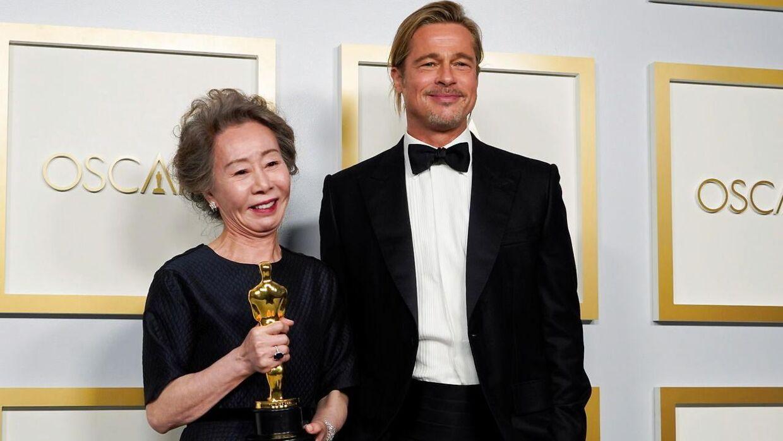 Brad Pitt med Yuh-Jung Youn som vandt 'Bedste kvindelige birolle'.