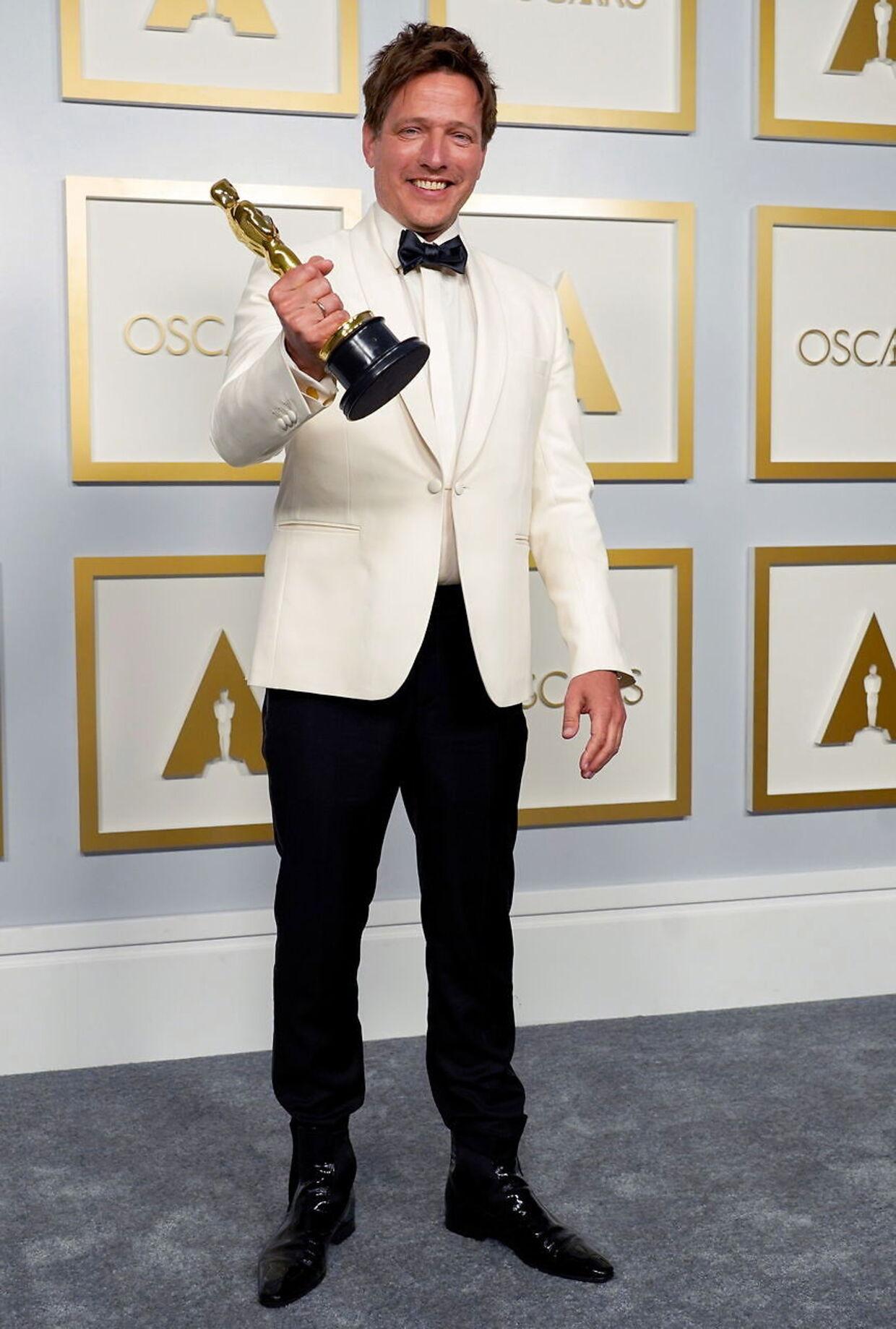 Thomas Vinterberg med sin Oscar-statuette.