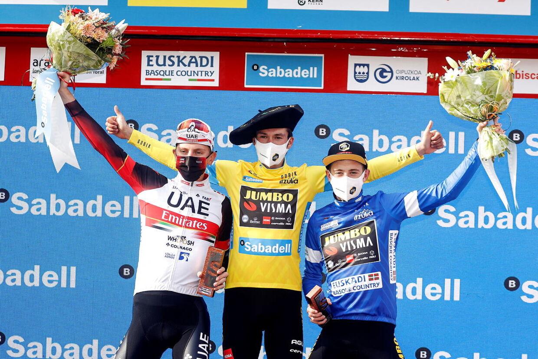 Jonas Vingegaard (th.) blev nummer to i Baskerlandet Rundt. Holdkammerat Primoz Roglic (i midten) blev nummer et, mens Tadej Pogacar (tv.) måtte nøjes med en tredjeplads.