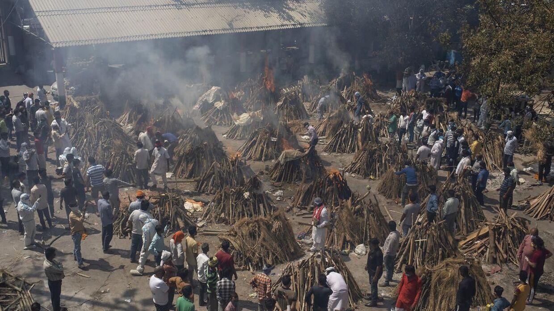 Dusinvis af begravelsesbål tændes på samme tid i Indiens hovedstad, New Delhi, hvor coronasituationen er ude af kontrol. I storbyen er man begyndt at fælde byens træer, da man mangler træ til bålene.