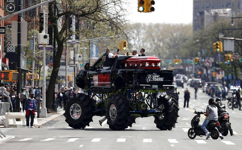 Rapperen DMX's kiste blev kørt til begravelsen på ladet af en monstertruck med skriften »Længe leve DMX«. Foto: EPA/JASON SZENES