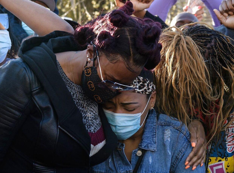 Eks-konen Tashera Simmons og DMX's forlovede Desiree Lindstrom trøstede hinanden dagen efter DMX var blevet indlagt efter at have taget en overdosis. Fire døde senere døde rapperen på hospitalet. Foto Angela Weiss / AFP.