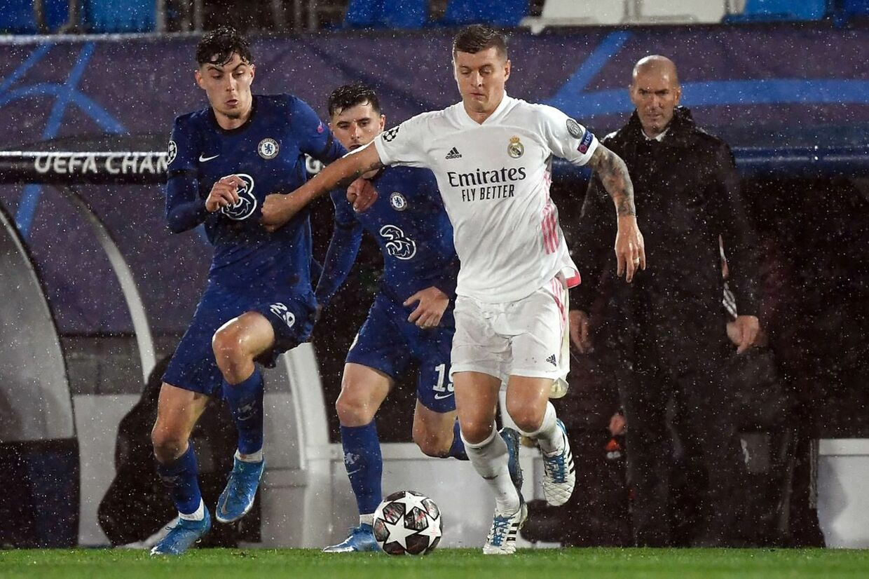Chelsea's English midfielder Callum Hudson-Odoi (L) vies with Real Madrid's German midfielder Toni Kroos during the UEFA Champions League semi-final first leg football match between Real Madrid and Chelsea at the Alfredo di Stefano stadium in Valdebebas, on the outskirts of Madrid, on April 27, 2021. (Photo by PIERRE-PHILIPPE MARCOU / AFP)
