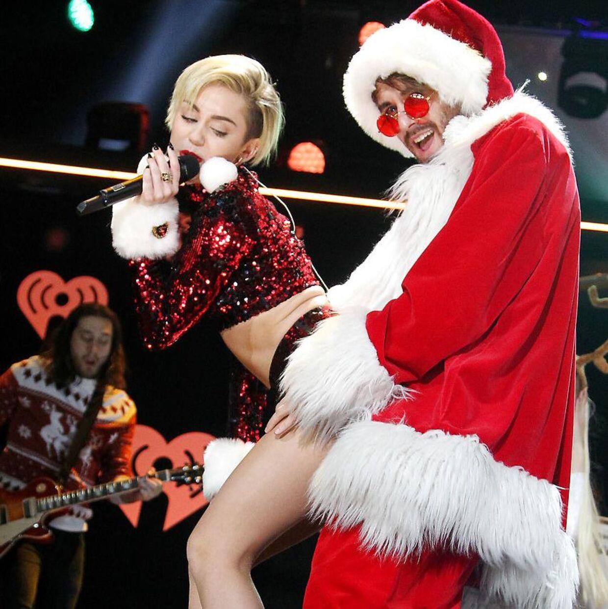 Også musik, navne, talemåder og danse kan man komme galt i byen med. Det kan Miley Cyrus skrive under på.Hun har således fået kritik for at twerke og for at sige 'mammy' i stedet for 'mommy'.